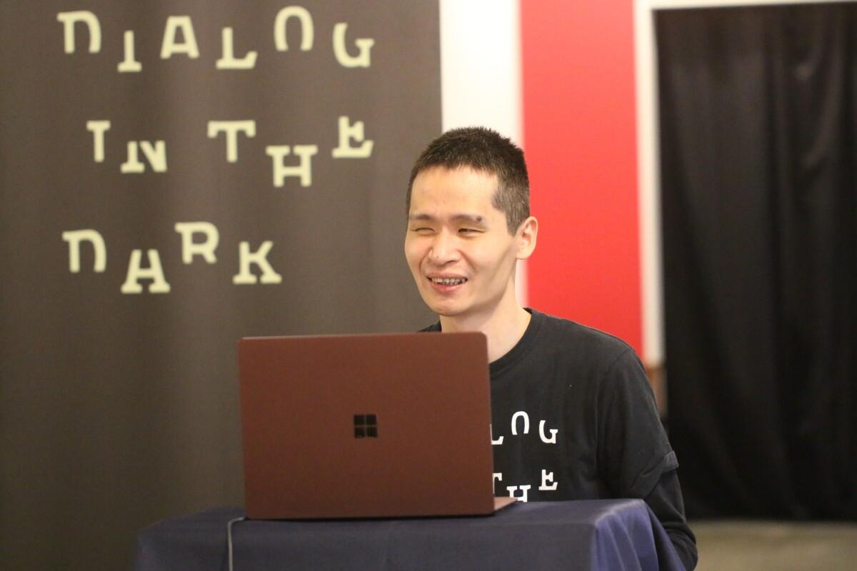 笑顔でオンラインスタディ参加中のアテンド ダイアログ・イン・ザ・ダーク オンラインスタディ イメージ